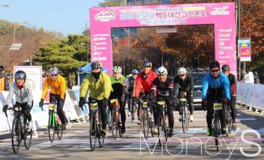 [머니S포토] 백두대간, 함께 달리는 구자열 자전거연맹 회장
