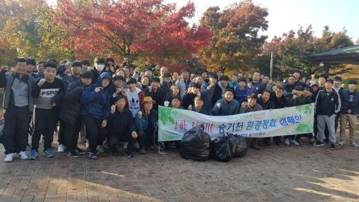 지난 3일 승기천 환경지킴이 활동에 참여한 참가자들이 기념촬영을 하고 있다. / 사진제공=인천시