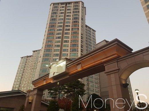 인천 남동구 서창동의 한 고급아파트에서 경비원 8명 가운데 2명을 감축하기로 결정했다. /사진=류은혁 기자