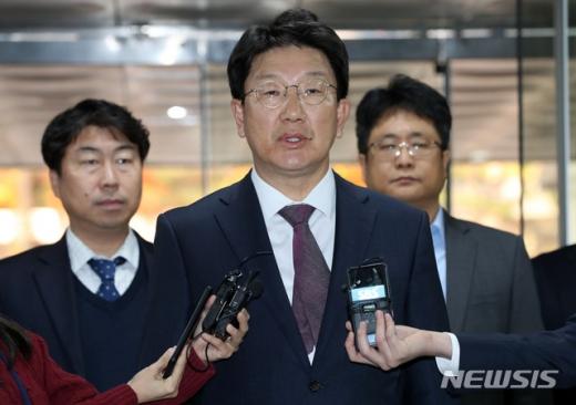 권성동 자유한국당 의원이 5일 오후 서울 서초구 서울중앙지법에서 열린 강원랜드 채용비리 1차 공판에 출석했다./사진=뉴시스