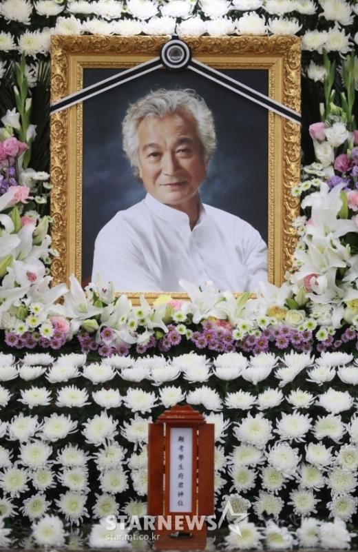 신성일 발인. 폐암 투병 끝에 지난 4일 오전 별세한 영화배우 신성일(81)의 빈소가 마련된 서울아산병원 장례식장에 마련됐다. /사진=스타뉴스