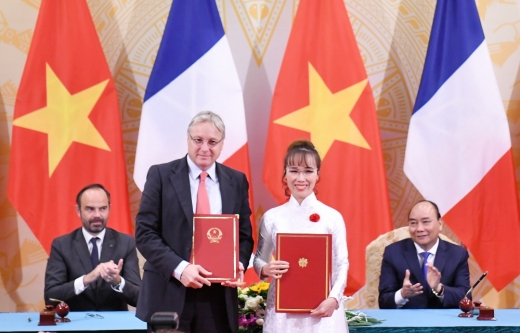 (왼쪽부터) 에두아르 필리프 프랑스 총리, 크리스찬 쉬어러 에어버스 CCO, 응웬 티 푸엉 타오 비엣젯항공 CEO, 응웬 쑤언 푹 베트남 총리 /사진=비엣젯항공 제공