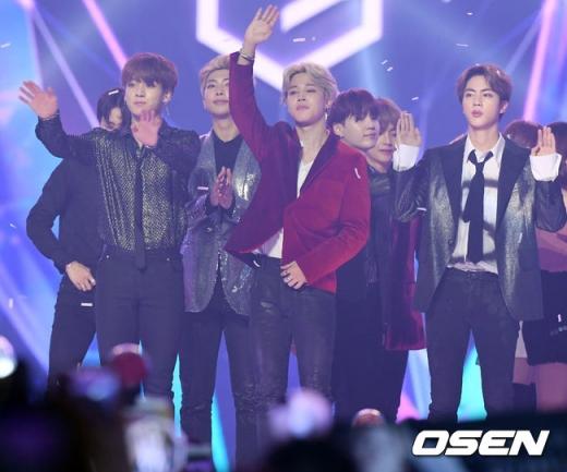 6일 오후 인천 남동 체육관에서 열린 2018 MGA(MBC플러스 X 지니뮤직어워드)에서 방탄소년단(BTS)이 대상을 수상한 후 시상식을 마치고 팬들에게 인사를 하고 있다./사진=OSEN