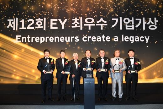 EY한영 주최로 열린 제12회 EY 최우수 기업가상 갈라 행사에서 올해의 수상자들이 상패를 들어보이고 있다./사진=EY한영