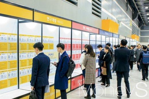 지난 12일 서울 양재 aT센터에서 열린 '삼성 협력사 채용한마당'에서 구직자들이 채용게시판을 살피고 있다 / 사진=이한듬 기자