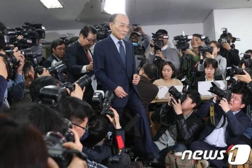 전원책 변호사가 14일 오후 서울 영등포구 국회대로 극동 VIP빌딩 기자회견장에 들어서고 있다./사진=뉴스1