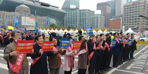 지난 11일 전국에서 모인 의사들이 서울 대한문 광장 앞에서 집회를 열고 있다. /사진=의협