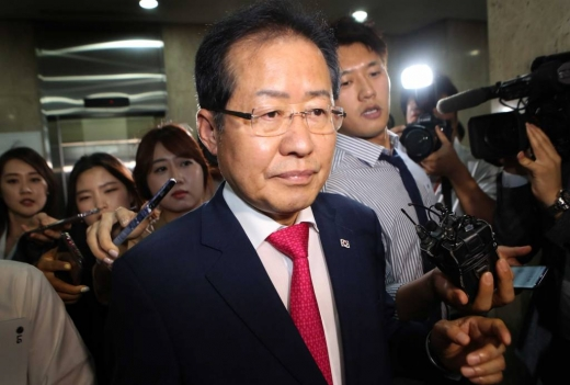 자유한국당 홍준표가 지난 6월 지방선거 참패에 책임을 지고 대표직에서 사퇴한 뒤 당사를 나서고 있다. /사진=머니투데이 이동훈 기자