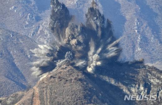 국방부는 20일 북측이 비무장지대(DMZ) 중부전선 GP(감시초소)를 폭파하는 장면을 공개했다./사진=뉴시스(국방부 제공)