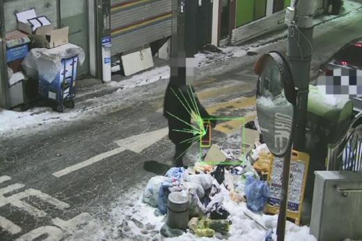 쓰레기 불법투기를 시각지능 기술로 발견하는 모습. /사진=ETRI