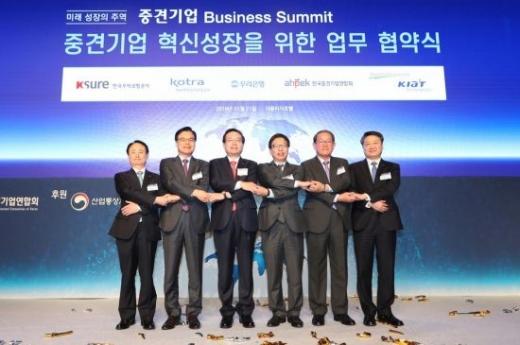 우리은행은 21일 서울시 중구에 소재한 더플라자 호텔에서 '중견기업 비즈니스 써밋(Business Summit)'을 개최하고 중견기업 성장 지원을 위한 'Great Vision 2022'를 발표했다. (왼쪽부터)강병태 무역보험공사 사장직무대행, 권평오 대한무역투자진흥공사 사장, 손태승 우리은행장, 유정열 산업통상자원부 산업혁신성장실장, 강호갑 한국중견기업연합회장, 김학도 한국산업기술진흥원장이 행사후 기념촬영을 하고 있다./사진=우리은행