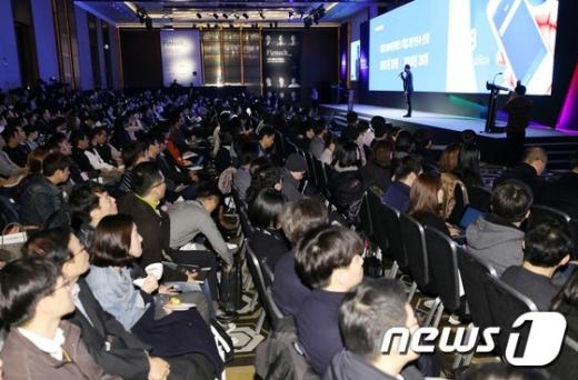 이승건 토스 대표가 지난 20일 서울 콘래드호텔에서 열린 2018 핀테크 컨퍼런스에서 기조연설을 하고 있다./사진=뉴스1DB
