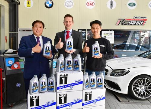 니콜라스 해리스 모빌코리아윤활유㈜ 대표가 Mobil 1 Hybrid 0W-20 출시를 기념해 인천 서구 경서동에 위치한 한 모빌 판매점에서 기념 사진을 촬영하고 있다 /사진=모빌코리아 제공