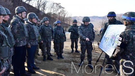 [머니S포토] '전술도로 개설' 경청하는 서주석 국방부 차관