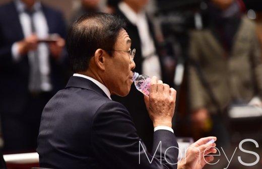 [머니S포토] 삼성전자-반올림 합의이행 협약, 목 축이는 김기남 대표