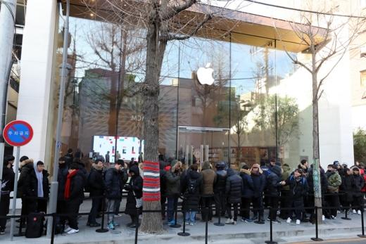 국내 첫 애플스토어 개장을 기다리는 고객들. /사진=뉴스1 DB