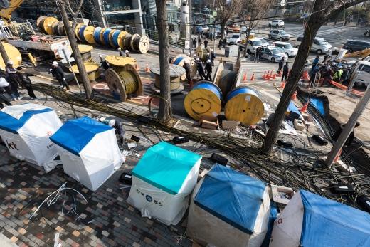 KT 관계자들이 25일 오전 서울 서대문구 충정로 KT아현국사 앞 공동구 화재현장에서 복구작업을 하고 있다. /사진=뉴스1