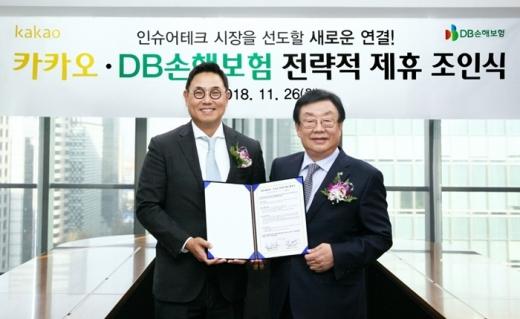 여민수 카카오 대표(왼쪽)와 김정남 DB손해보험 대표가 업무협약식 후 기념사진을 찍고 있다. /사진=카카오