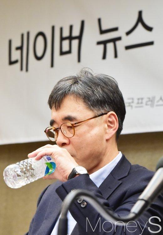 [머니S포토] 목 축이는 맹성현 위원장
