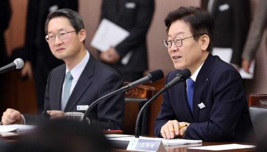▲ 30일 오전 취임 후 첫 공개 확대간부회의 개최하고 있는 이재명 지사. / 사진제공=경기도