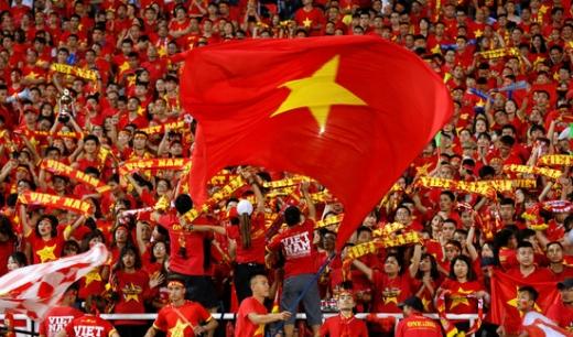 베트남 하노이 미딩스타디움에서 열린 2018 아세안축구연맹(AFF) 챔피언십(스즈키컵) 4강 베트남-필리핀 2차전에서 베트남 국민들이 응원을 하고 있다./사진=로이터