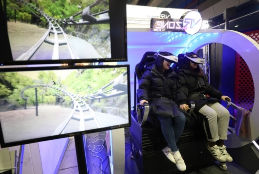 서울 삼성동 코엑스에서 VR콘텐츠를 즐기는 관람객들. /사진=뉴스1 DB