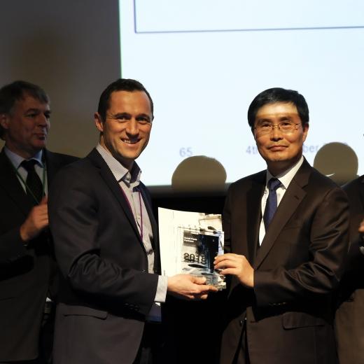 심형우 KAI 구주사업팀장(오른쪽)이 존 호그 에어버스 대형품 구매 담당자로부터 상패와 인증서를 전달받고 있다. / 사진=KAI