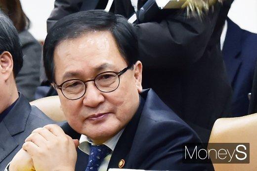 [머니S포토] 경제장관회의, 발언 경청하는 유영민 장관
