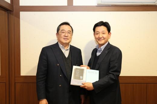구자열 LS그룹 회장이 지난 14일 LS용산타워에서 신규 임원이된 LS산전 박석원 이사에게 책을 선물했다. / 사진=LS그룹