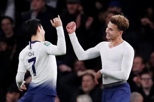 20일 오전(한국시간) 영국 런던 에미레이츠 스타디움에서 열린 2018-2019시즌 잉글리시 카라바오컵 8강전에서 아스날에 2-0 승리를 거둔 후 기뻐하고 있는 토트넘 핫스퍼의 손흥민(왼쪽)과 델레 알리 ./사진=로이터