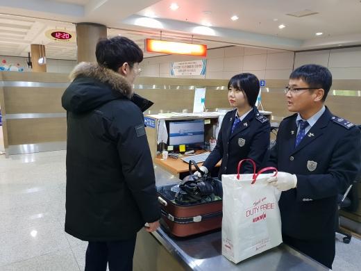 광주세관, 동계 해외여행 성수기 휴대품 검사 강화