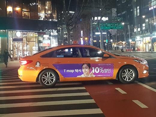 T맵택시 홍보물을 붙이고 있는 택시./사진=심혁주 기자