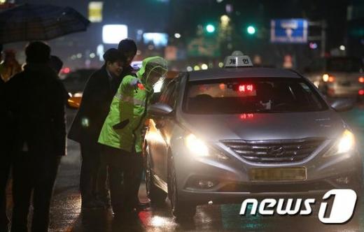 택시 승차거부 집중 단속하는 모습./사진=뉴스1