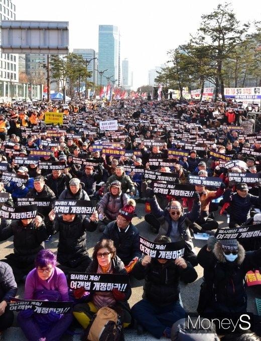 [머니S포토] 10만 규모 집회에 국회대로는 '후끈'