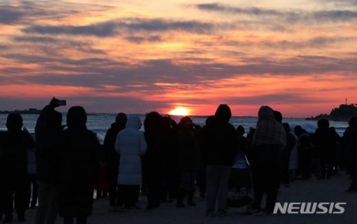 새해 첫 날인 1일 오전 강원도 속초시 삼포해변에서 시민들이 일출을 구경하고 있다./사진=뉴시스