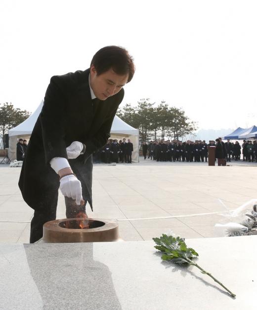 ▲ 현충탑에 헌화를 하고 있는 서철모 화성시장. / 사진제공=화성시