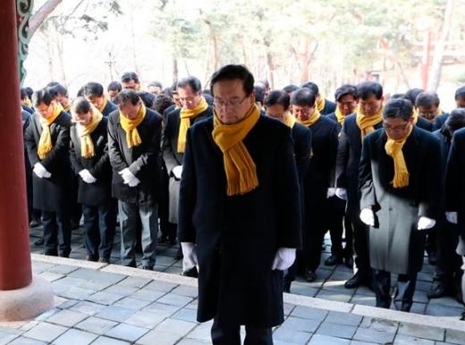 손태승 우리은행장과 우리은행 임원들이 1일 홍유릉을 참배했다. /사진=우리은행