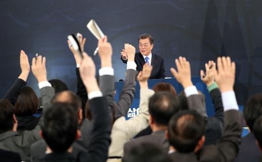 지난해 청와대 영빈관에서 열린 문재인 대통령 신년 기자회견에서 취재진이 질문을 하기 위해 대통령을 향해 손을 들고 있다. /사진=청와대