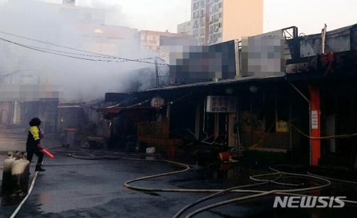 목포 화재. 7일 오전 6시29분 전남 목포시 산정동 중앙시장 내 식당가에서 불이 나 소방당국에 의해 1시간10여분 만에 꺼졌다. /사진=뉴시스(전남 목포소방서 제공)