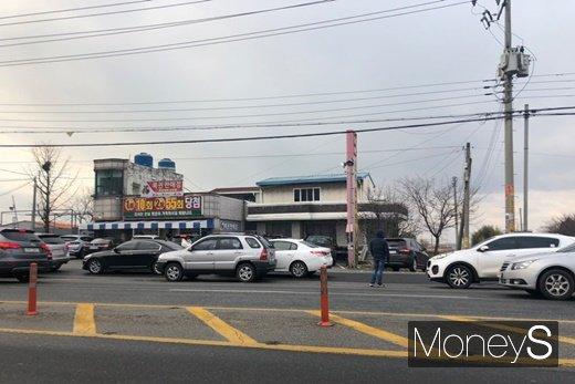 로또 명당 인근 도로에 차량들이 몰린 모습. /사진=김경은 기자