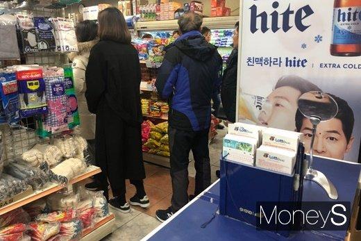 로또를 구매하기 위해 줄을 선 모습. /사진=김경은 기자
