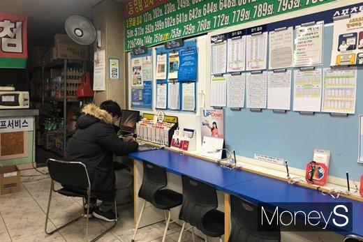 지난 1일 충남 아산시의 로또 판매점에서 한 시민이 로또 번호를 기입하고 있다. /사진=김경은 기자