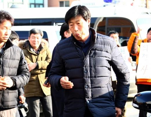 11일 해외연수 중 현지 가이드를 폭행해 논란을 빚고 있는 박종철 경북 예천군의회 의원이 조사를 받기 위해 예천경찰서에 도착, 차에서 내려 걸어오고 있다. / 사진=뉴시스 김진호 기자