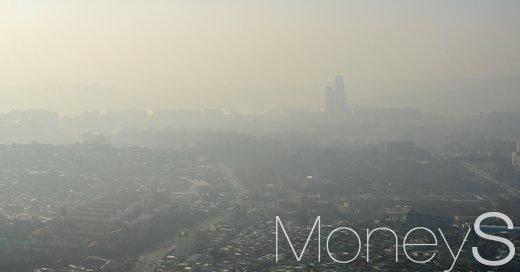 서울 남산타워에서 바라본 하늘이 뿌옇게 흐려 보인다. /사진=임한별 기자