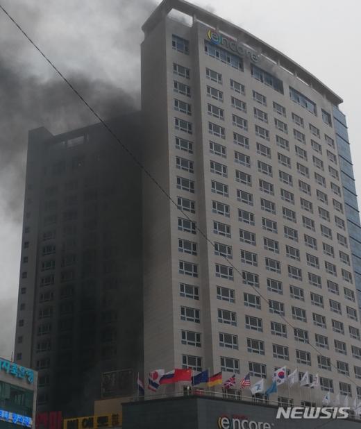 14일 오후 4시 56분께 충남 천안시 서북구 쌍용동의 한 호텔에서 불이 나고 있다./사진=뉴시스