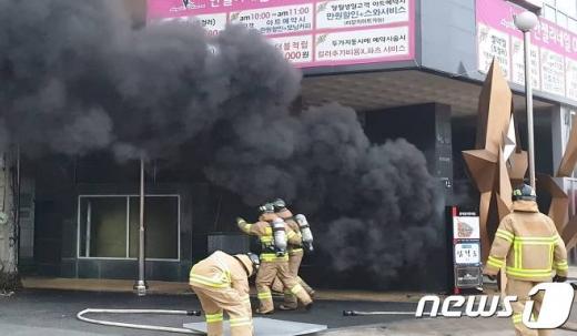 14일 오후 4시56분쯤 충남 천안시 서북구 쌍용동 라마다앙코르호텔에서 불이 나 소방대원들이 화재진압을 하고 있다. /사진=뉴스1(굿모닝충청제공)