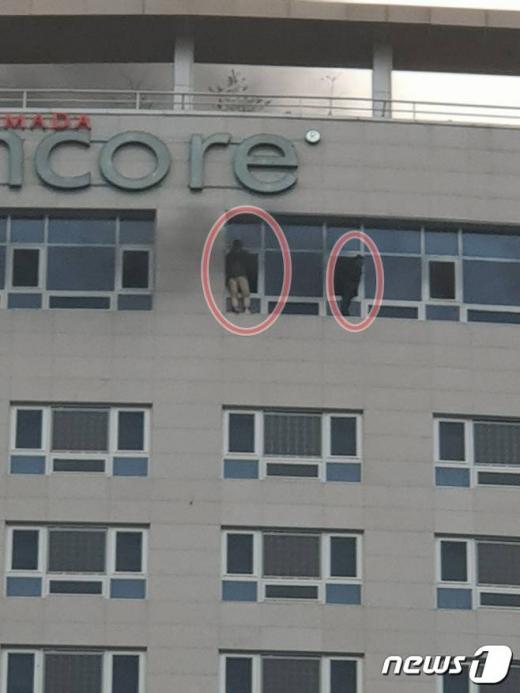 14일 오후 4시56분쯤 충남 천안시 서북구 쌍용동 라마다앙코르 호텔에서 불이 나 미처 밖으로 빠져나오지 못한 시민들이 21층 창문 밖에서 구조를 기다리고 있다./사진=뉴스1 김경훈 기자