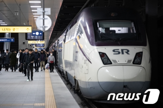 서울 강남구 SRT 수서역에서 고객들이 SRT에서 내려 지하철 환승을 위해 이동하고 있다. /사진=뉴스1