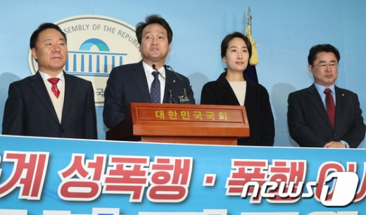 지난 10일 서울 여의도 국회 정론관에서 '운동선수 보호법' 발의 기자회견을 하고 있는 안민석 더불어민주당 의원(왼쪽 2번째)./사진=뉴스1 임세영 기자