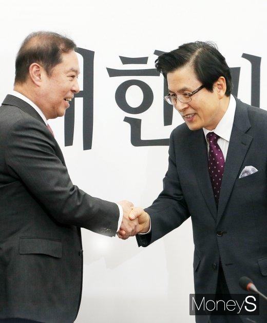 [머니S포토] 자유한국당 입당한 황교안